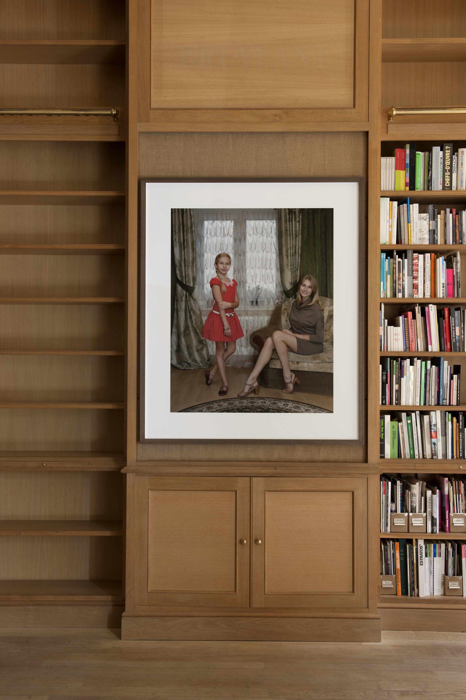 Rineke Dijkstra Marianna and Sasha, Kingisepp, Russia, November 2, 2014, 2014 archival inkjet print 117 x 93 cm (image)